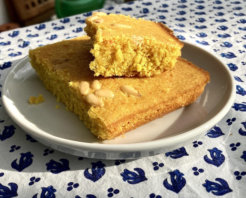 Sonnengelbe Kuchenstücke auf einem Teller